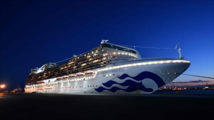 Miles de turistas bloqueados en buques de crucero en Asia