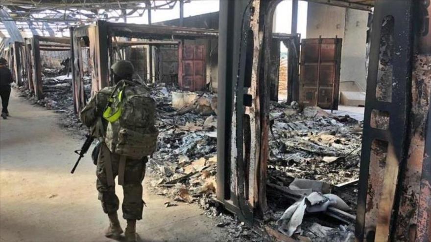 Soldados de EE.UU. pasan por un sitio destruido en el bombardeo de Irán contra la base Ain al-Asad en Irak, 13 de enero de 2020.