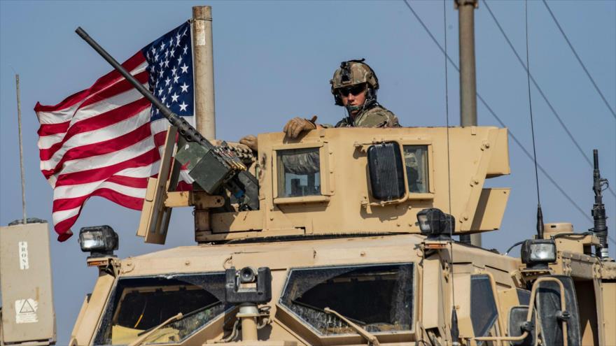 Un vehículo militar estadounidense conduce desde el norte de Irak a la ciudad siria de Al-Qamishli, 26 de octubre de 2019. (Foto: AFP)
