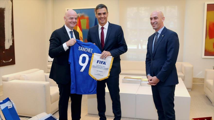 Pedro Sánchez (c), presidente del Gobierno de España; Luis Rubiales (dcha,), presidente de la RFEF; y Gianni Infantino, presidente de la FIFA, 12 de septiembre de 2018.