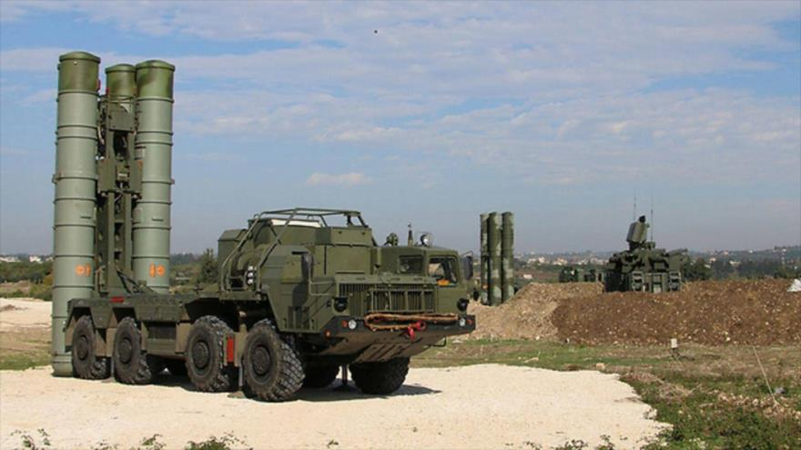 Sistemas de defensa aérea S-400, de fabricación rusa, desplegados en Siria.
