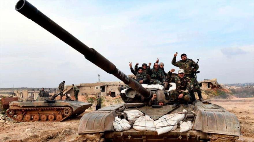 Fuerzas sirias celebran en un tanque una victoria conseguida ante los terroristas en Idlib.