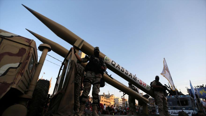 Combatientes de las Brigadas de Ezzedin al-Qasam, rama militar de HAMAS, muestran sus misiles avanzados en Gaza.