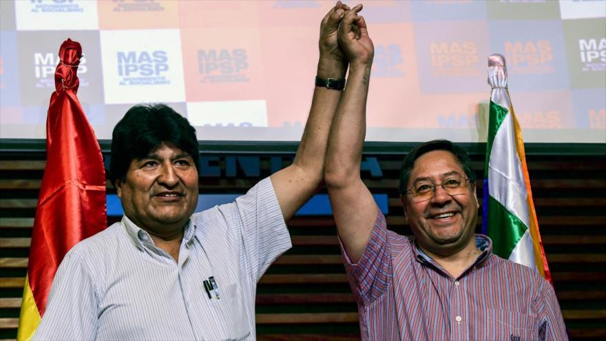 El depuesto presidente boliviano Evo Morales (izq.) y el candidato presidencial por el partido Movimiento al Socialismo (MAS), Luis Arce (dcha.), en Buenos Aires, 27 de enero de 2020. (Foto: AFP)