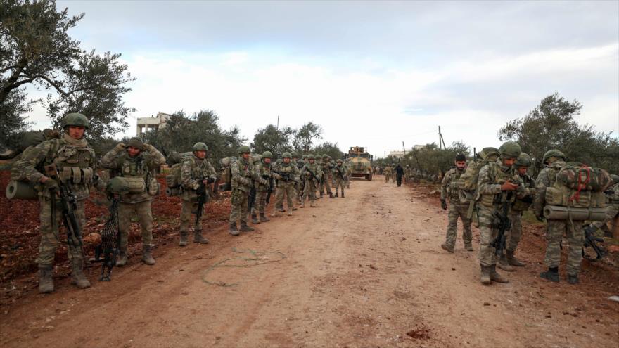 Soldados turcos desplegados en la aldea de Qaminas, a unos 6 km de la ciudad de Idlib, en el noroeste de Siria, 10 de febrero de 2020. (Foto: AFP)