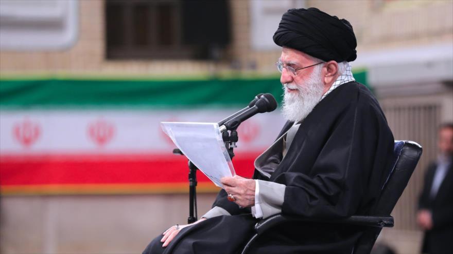 El Líder de Irán, el ayatolá Seyed Ali Jamenei, reunido con el personal del Ejército persa en Teherán, 8 de febrero de 2020. (Foto: khamenei.ir)