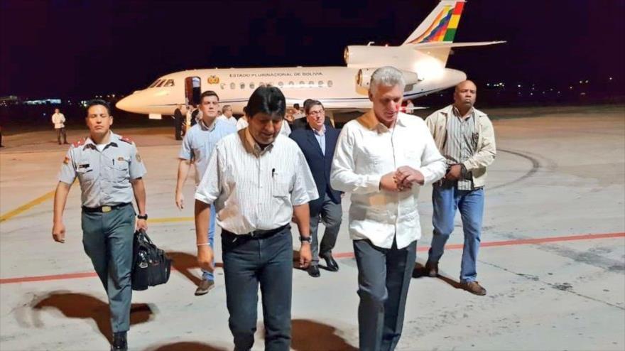El presidente de Cuba, Miguel Díaz-Canel, recibe a Evo Morales, en el aeropuerto internacional José Martí (Cuba). (Foto: Twitter de Morales)
