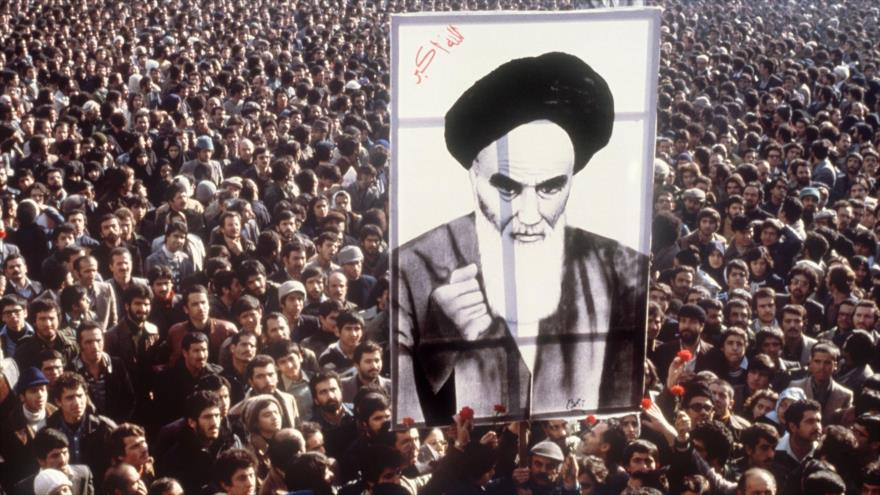 Manifestantes iraníes muestran imagen del fundador de la Revolución Islámica de Irán, el Imam Jomeini, Teherán (la capital), 1 de enero de 1979, (Foto: AFP)