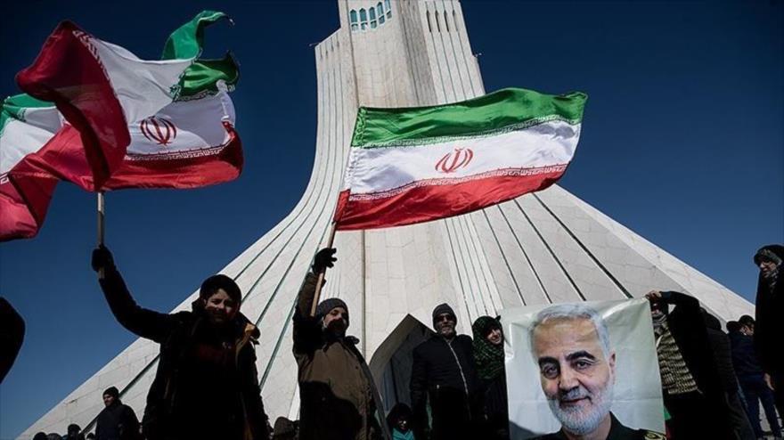 Iraníes portan banderas nacionales durante la marcha conmemorativa del 41.º aniversario de la Revolución Islámica en Teherán, 11 de febrero de 2020.
