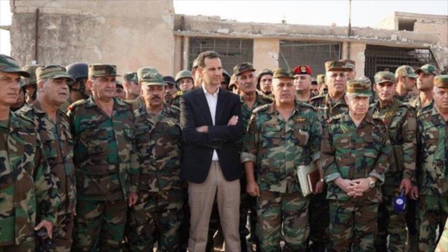 Presidente sirio, Bashar al-Asad, junto a militares.