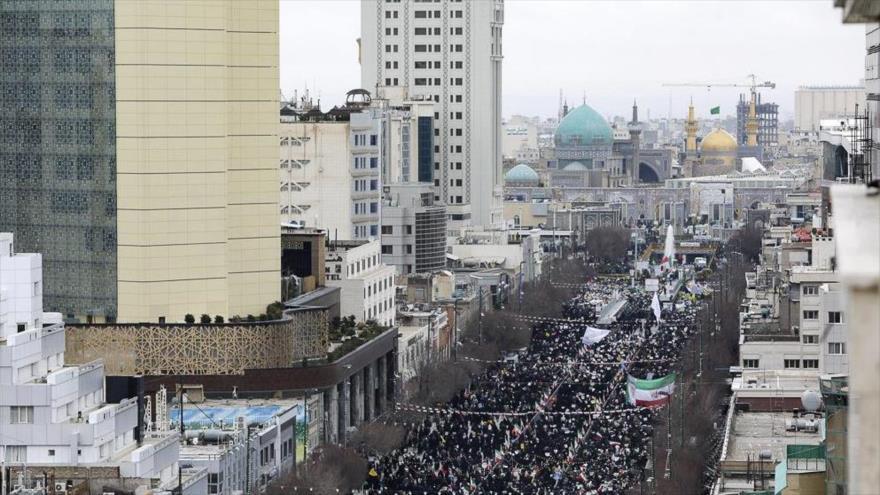 Miles de ciudadanos iraníes en la marcha por el 41.º aniversario de la Revolución Islámica en la ciudad de Mashad, 11 de febrero de 2020. (Foto: YJC)