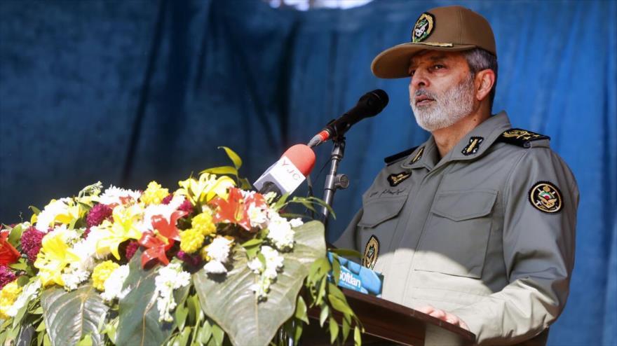 El comandante en jefe del Ejército iraní, el general de división Seyed Abdolrahim Musavi, ofrece discurso en Karaj, 11 de febrero de 2020. (Foto: IRNA)