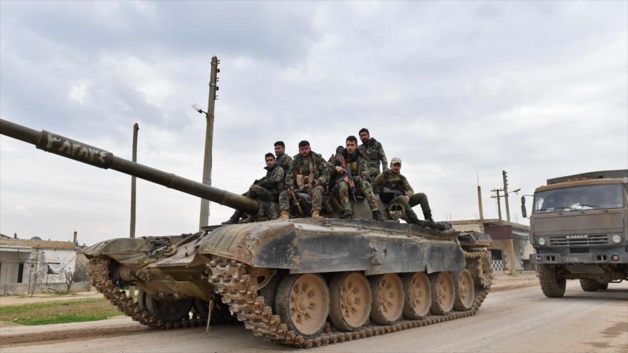 Soldados del Ejército sirio avanzan en la aldea de Tal Tuqan, en la provincia de Idlib, noroeste de Siria, 5 de febrero de 2020. (Foto: AFP)