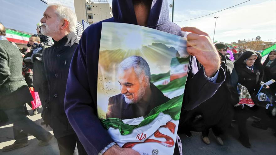 Un hombre iraní lleva un retrato del general iraní asesinado Qasem Soleimani, en una marcha en Teherán, 11 de febrero de 2020. (Foto: AFP)