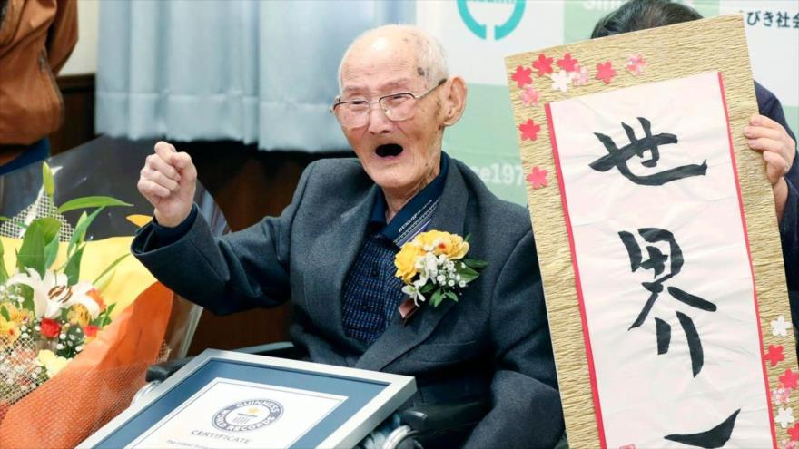 Chitetsu Watanabe, un japonés de 112 años recibe el título del hombre más viejo del mundo por parte del Guinness de los récords, 12 de febrero de 2020.