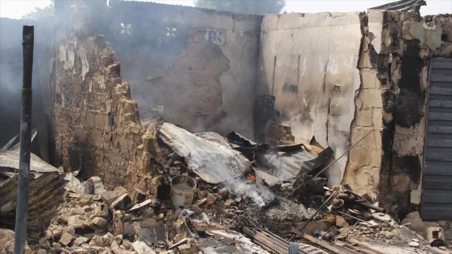 Unas tiendas incendiadas durante un ataque, Nigeria, 9 de febrero de 2020. (Foto: AFP)
