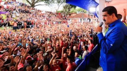 Maduro llama a los jóvenes a defender Venezuela con armas