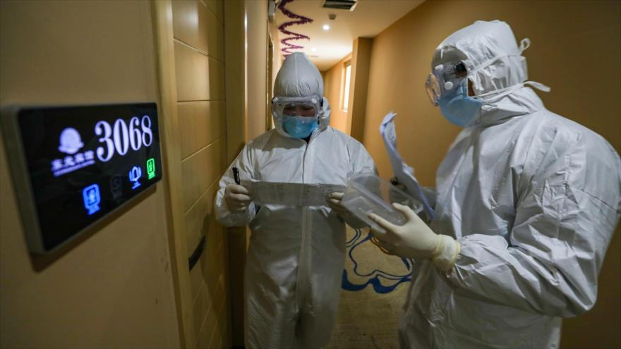 Miembros del personal médico en sus rondas en la ciudad de Wuhan, en la provincia china de Hubei, 3 de febrero de 2020. (Foto: AFP)
