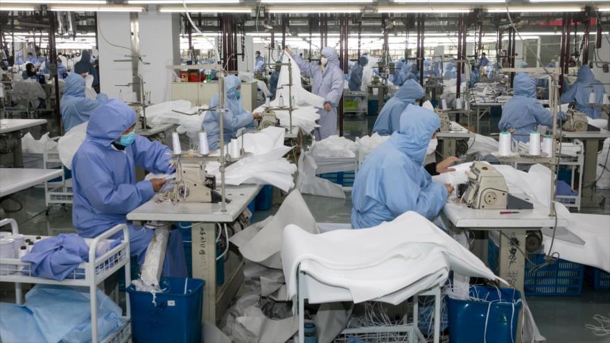 Una fábrica en la ciudad china de Wuxi produce ropas que protegen del mortal coronavirus, 8 de febrero de 2020. (Foto: AFP)
