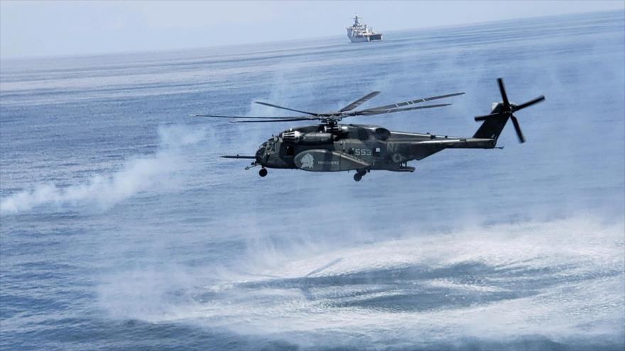 Un helicóptero estadounidense Sea Dragon en medio de una maniobra.