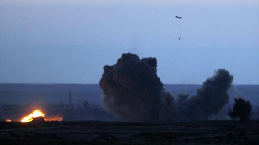 """Un avión de combate de la """"coalición"""" anti-ElIL, liderada por EE.UU., bombardea una aldea en Deir Ezzor, norte de Siria, 19 de febrero de 2019. (Foto: AFP)"""
