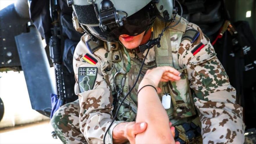 Un soldado alemán examina a otro militar durante el entrenamiento aeromédico en Irak , mayo de 2019.