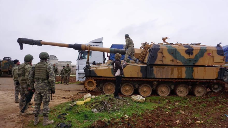 Tropas y artillería turca en la ciudad de Binish, en la provincia de Idlib, en el noroeste de Siria, 12 de febrero de 2020. (Foto: AFP)