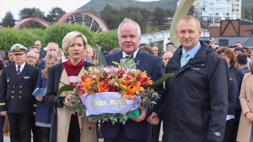 La delegación de Rusia encabezada por el embajador en Argentina, Dmitry Feoktistov (drcha.), en la ciudad de Ushuaia, Tierra del Fuego, 13 de febrero de 2020.