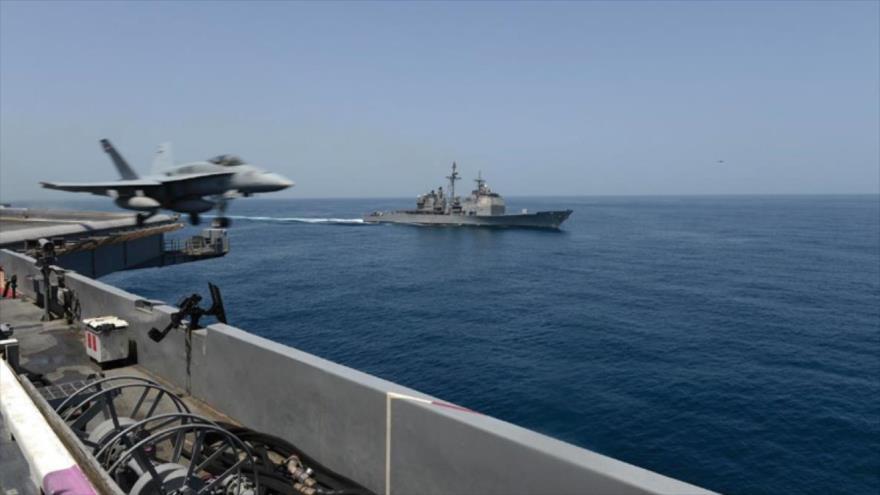 Los portaviones USS Theodore Roosevelt (izda.) y USS Normandy durante una misión en el Golfo Pérsico en mayo pasado. (Foto: USNI)