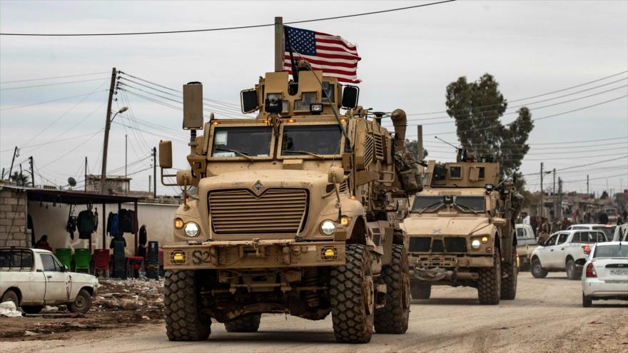 Vídeo: Indignado sirio pelea con militares y arria bandera de EEUU