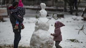 Sirios se regocijan por rara nevada que cubre ciudad de Al-Qamishli