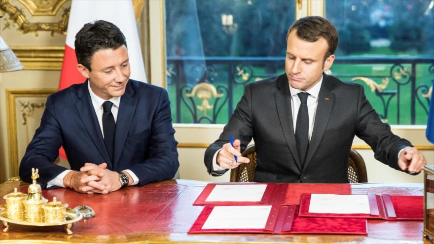 El presidente francés, Emmanuel Macron (dcha.), y el entonces portavoz del Gobierno, Benjamin Griveaux, 30 de diciembre de 2017. (Foto: AFP)