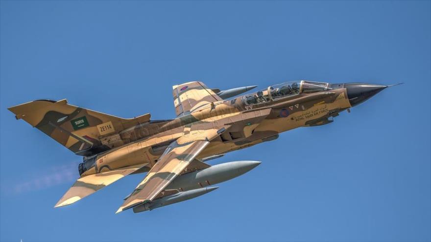 Un avión de combate, modelo Tornado de la Fuerza Aérea saudí en pleno vuelo.