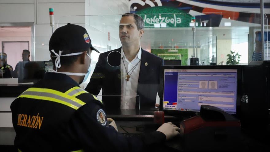 El líder golpista venezolano, Juan Guaidó, a su llegada al aeropuerto de Caracas en un vuelo de la portuguesa TAP. (Foto: Twitter)