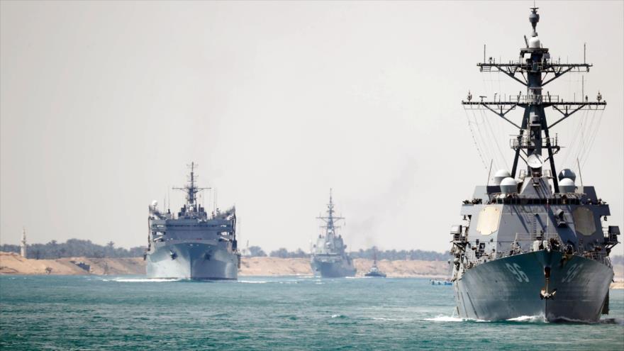 El grupo de ataque del portaviones USS Abraham Lincoln transita por el Canal de Suez, 9 de mayo de 2019. (Foto: AFP)