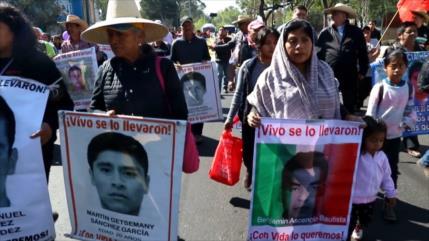 Activistas participan en caravana por los 43 de Ayotzinapa