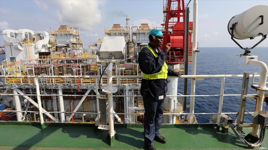 Un empleado trabaja en una plataforma flotante de producción de petróleo en el Delta del Níger, sur de Nigeria.