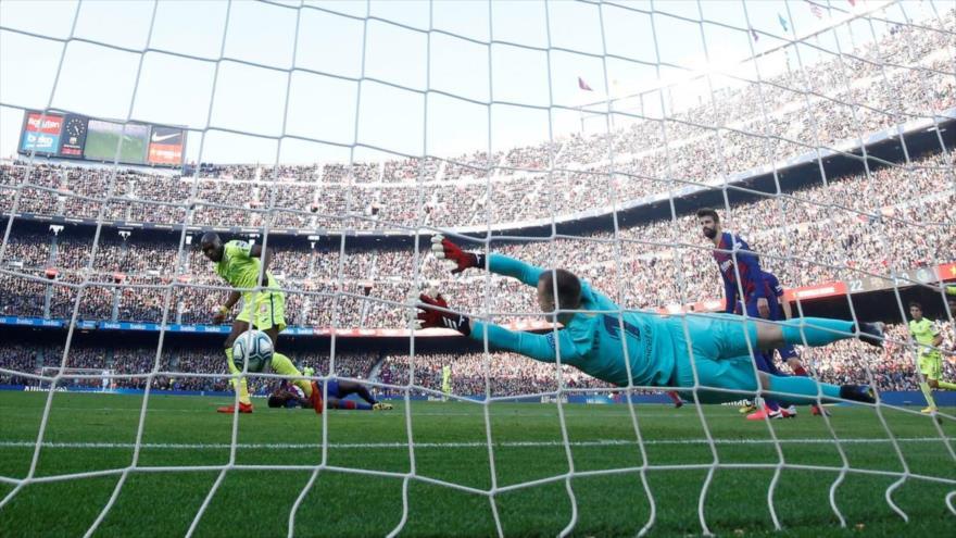 Vídeo: Increíble maniobra del portero salva al FC Barcelona