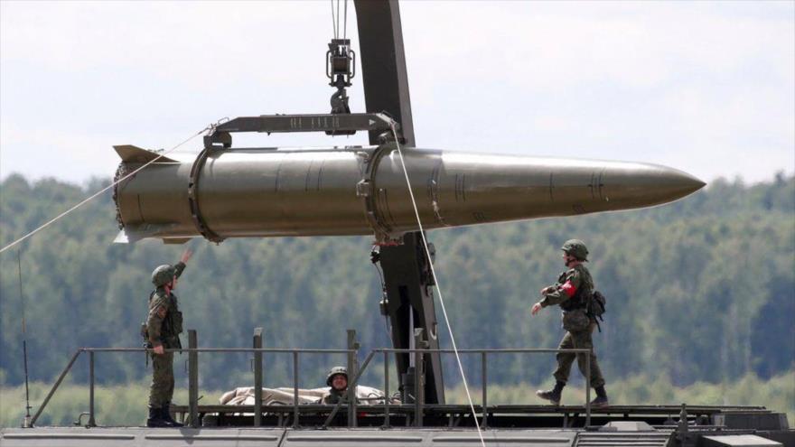 Militares rusos equipan un misil táctico de corto alcance modelo Iskander en Kubinka, a las afueras de Moscú (la capital).