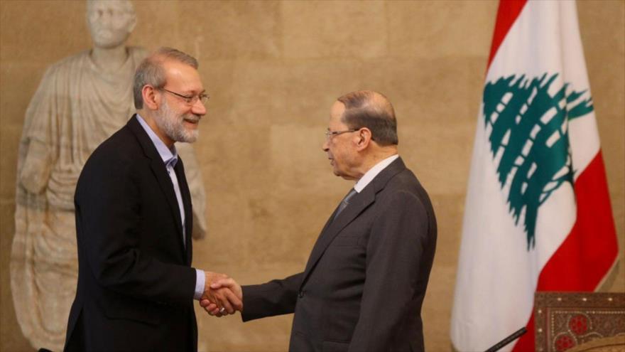 El presidente del Parlamento iraní, Ali Lariyani (izda.), se reúne con el presidente de El Líbano, Michel Aoun, en Beirut, 17 de febrero de 2020. (Foto: ICANA)
