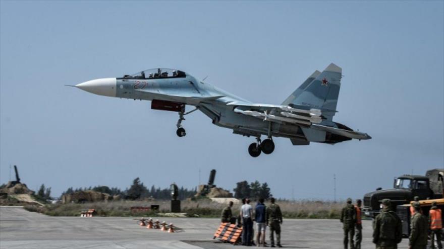Un avión militar ruso en la base aérea de Hmeymim en Siria.
