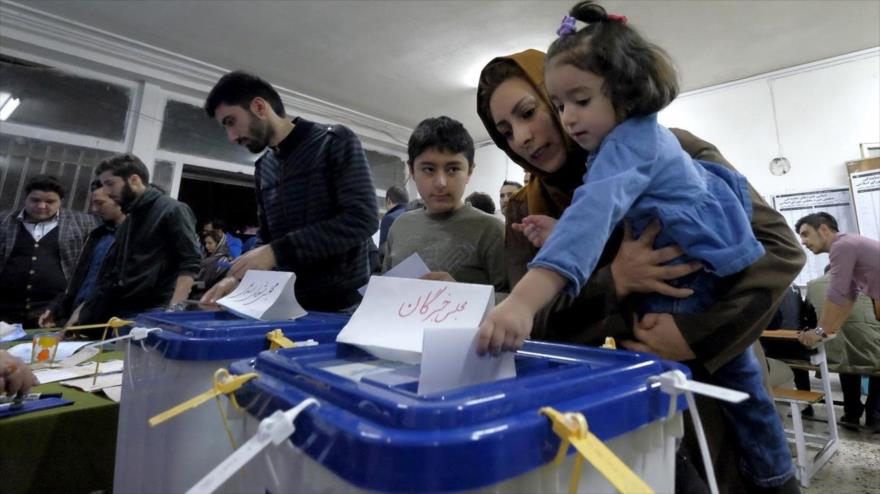Una mujer, con su hija, vota en un centro de votación en Teherán, capital de Irán. (Foto: Reuters)
