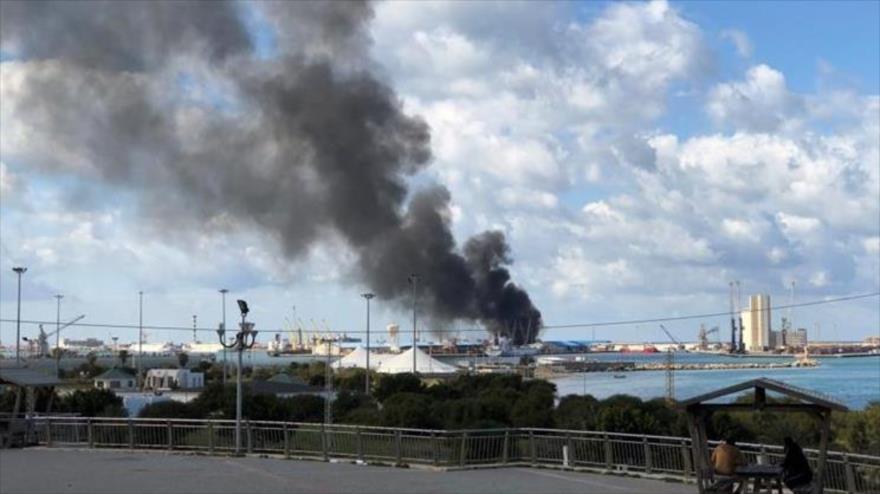 Columna de humo provocada por el ataque al puerto de Trípoli, capital libia, de las fuerzas bajo el mando del mariscal Jalifa Haftar. (Foto: Reuters)