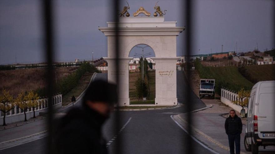 La entrada al campamento que alberga a miembros de la banda terrorista antiraní Muyahidín Jalq (MKO), en Albania.