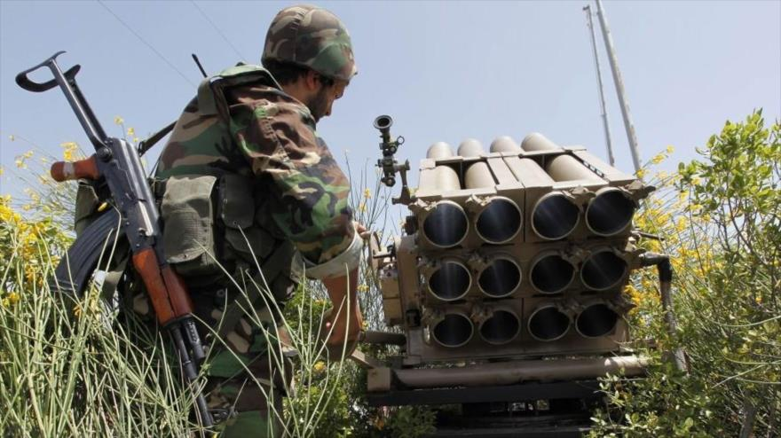 Combatiente del Movimiento de Resistencia Islámica de El Líbano (Hezbolá) prepara un lanzacohetes en la frontera con los territorios ocupados palestinos.