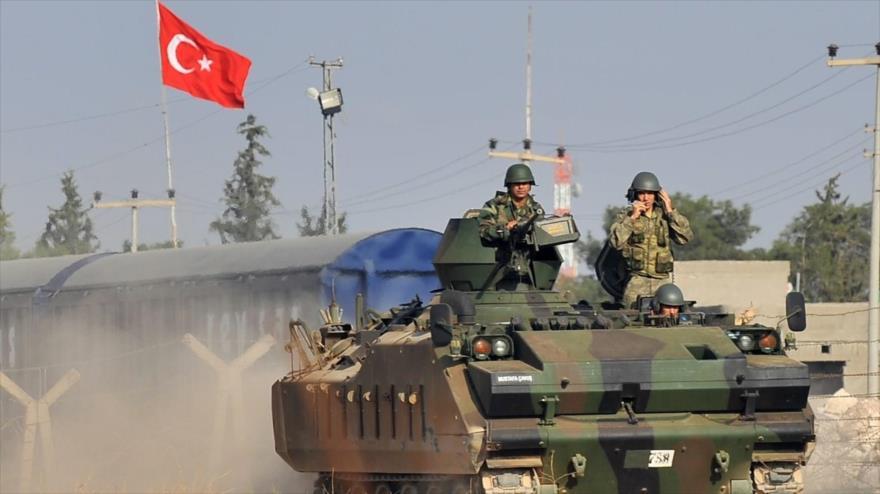 Soldados turcos sobre un tanque del Ejército de Turquía realizan vigilancia en la región de Idlib, situada en el noroeste de Siria.