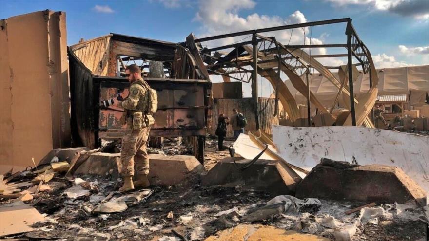 Soldados y periodistas estadounidenses entre los escombros de la base aérea Ain Al-Asad en Irak, 17 de enero de 2020. (Foto: Military Times)