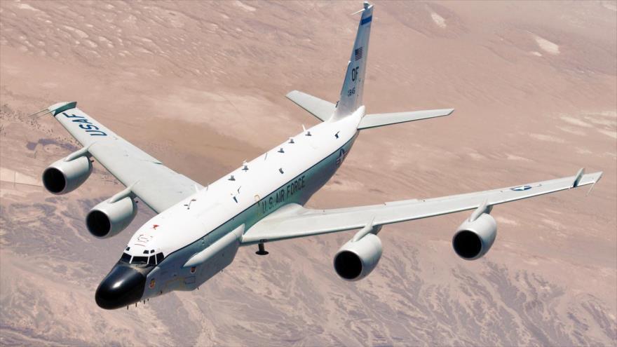 Un avión RC-135W Rivet Joint estadounidense en pleno vuelo.