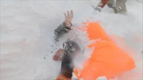 Vídeo muestra cómo rescatan a mujer enterrada por avalancha