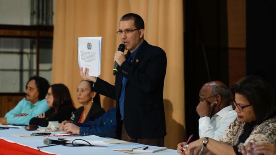 El canciller de Venezuela, Jorge Arreaza (c.), ofrece un discurso en Caracas, la capital, 18 de febrero de 2020. (Foto: AFP)